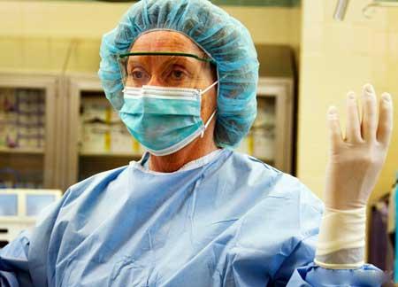 Медицинские одежды, изготовленные из смесей хлопка и полиэстера, могут быть более стойкими к появлению пятен, чем скрабы из 100% хлопка.