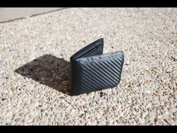Школьник нашёл на дороге сумочку с 10 000 $ и отнёс её в полицию