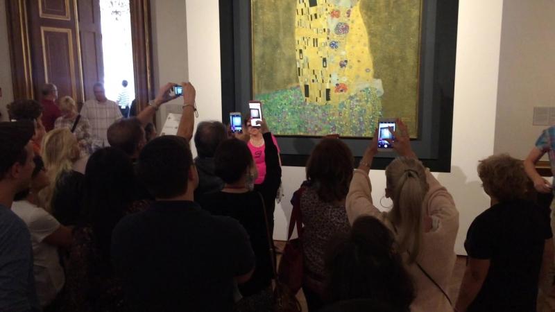 Как смотрят Поцелуй Густава Климта в Вене