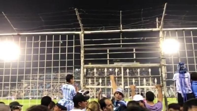 Вот такие стадионы в Аргентине =) За решёткой и с калючкой