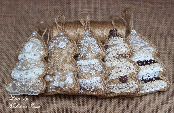 Винтажные елочки-подвески из мешковины и кружева