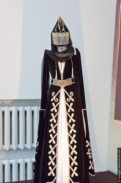 Адыгейская одежда общекавказского типа, у мужчин - нательная рубаха, бешмет