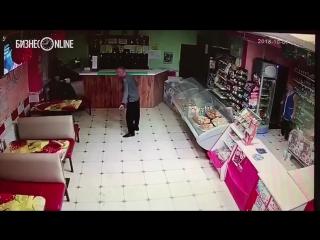 В Нурлате психически больной мужчина лопатой избил посетителя кафе