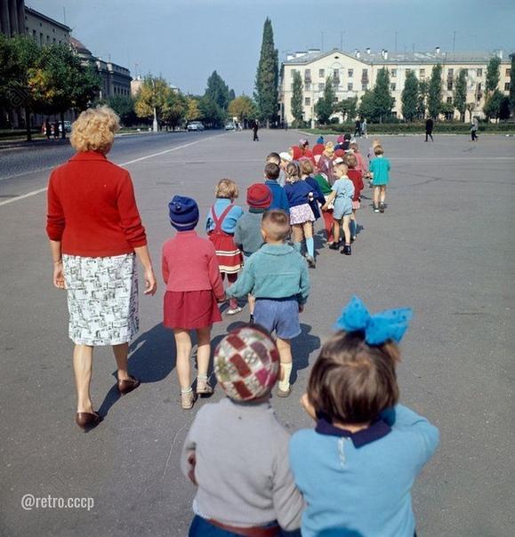 Детский сад на прогулке  Как это называлось Ходить парами Помните свою пару