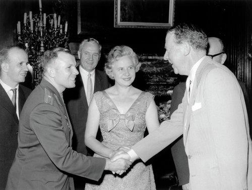 Фото со встречи Юрия Гагарина, королевы Елизаветы и принца Филиппа. 14 июля 1961 г., Великобритания. В июле 1961 года Ю.А. Гагарина пригласил в гости профсоюз литейщиков Англии. Узнав об этом,