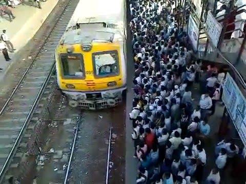 Поезда в Индии Самый обычный день на железнодорожной станции Нала