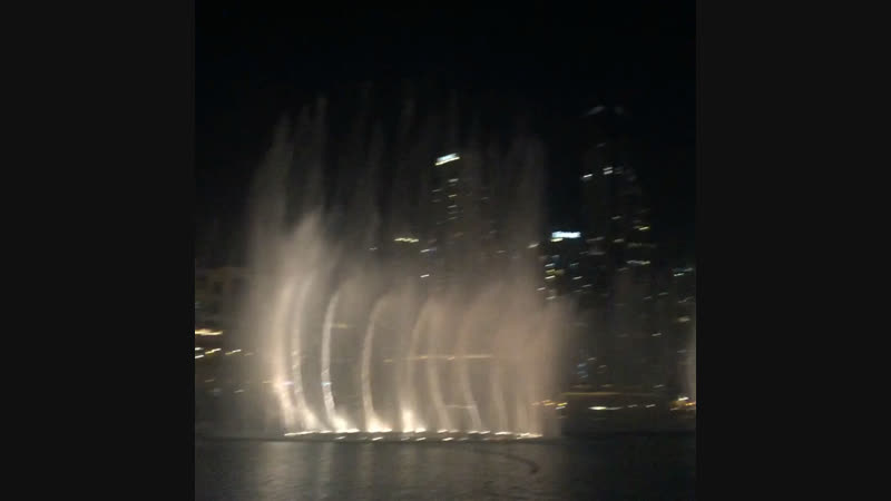 Танцующие фонтаны около Дубай Мол