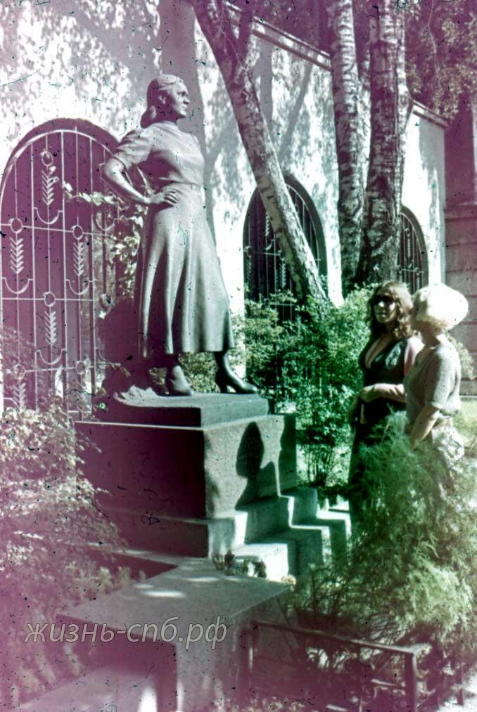 Каунас. У могилы Саломеи Нерис.