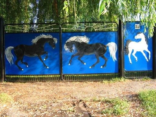 Рисунок на воротах дома