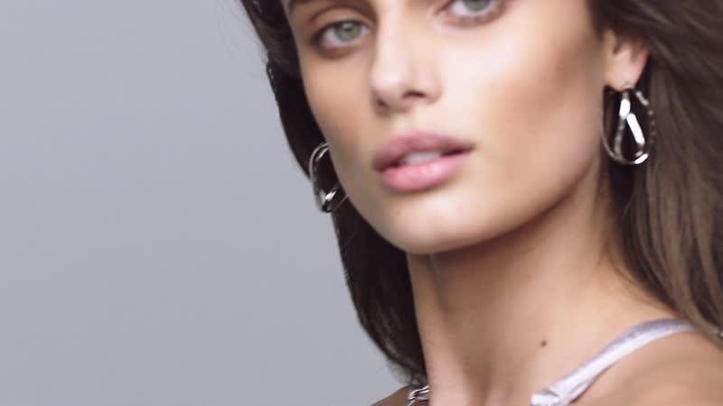 Gösterişli ama Cool Taylor Hil Vogue Türkiye