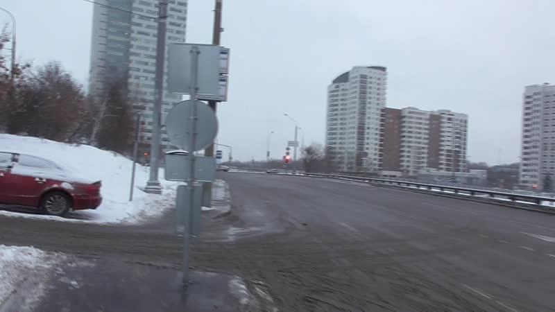 по пешеходному мосту пешком через рублевское шоссе в москве наземный переход зимой днем крылатская