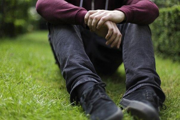 фото рука на коленке под партой