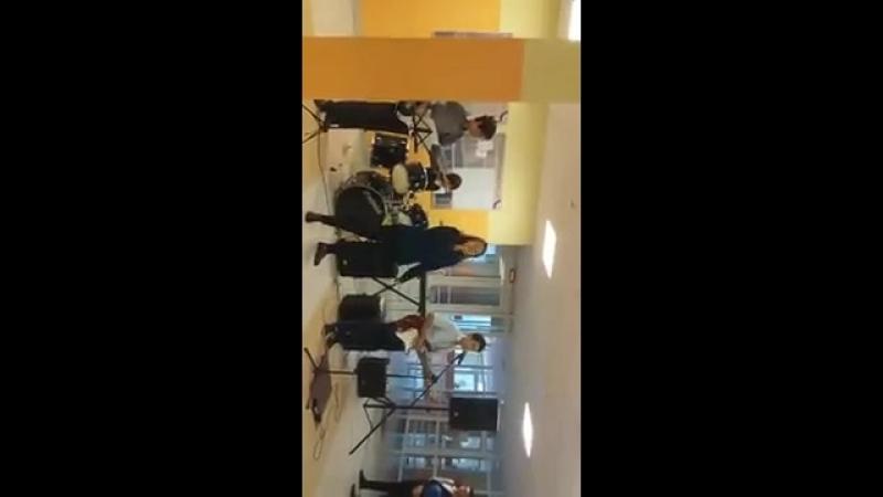 Вадюша исполняет песню и играет на электрогитаре впервые со своей группой