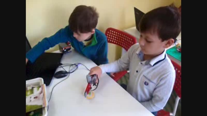 Стефан и Павел изучают шестерёнки