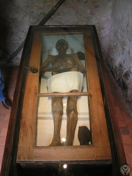 Мистическая история мумии рыцаря фон Кальбутц из Кампеля При жизни рыцарь Кристиан Фридрих фон Кальбуц из Кампеля, что находится вблизи горда Нейштадт, снискал себе славу великого женолюба.