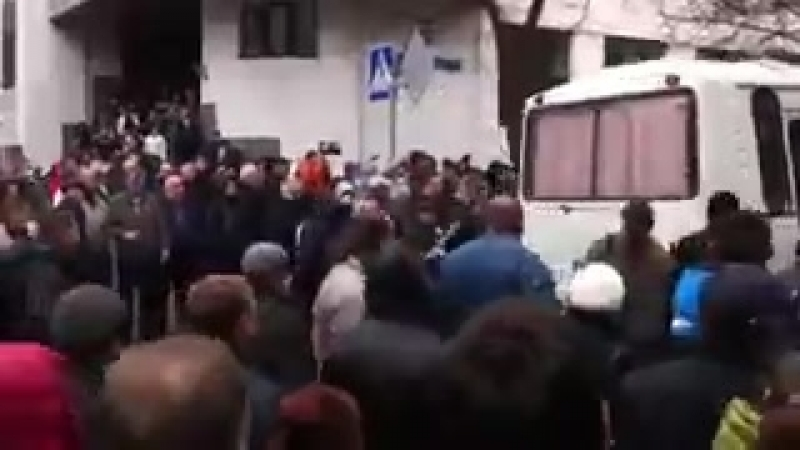Харьков 8 апреля 2014 Чернышевского Автобусы с милицией уезжают от людей