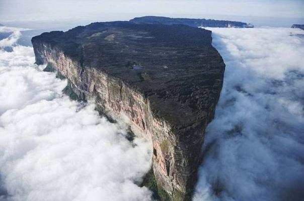 Плато Рорайма - рукотворная пирамида Это одна из наиболее неприступных гор Гвианского плоскогорья. В начале XIX века редкий местный житель, не говоря об иностранцах, бывал на ее вершине. Гладкие
