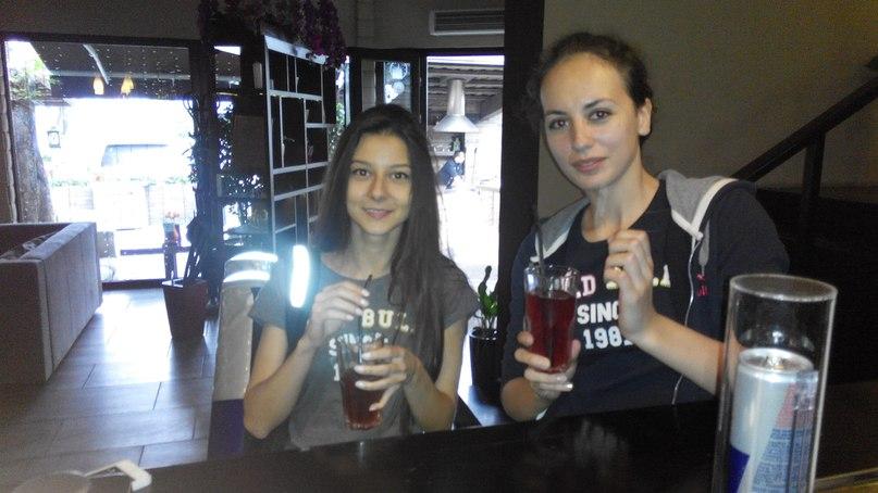 Две девушки смотрели фото в ноутбуке и зашел парень фото 81-696