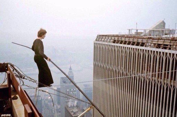 Французский канатоходец Филипп Пети совершает переход по канату между башнями Всемирного Торгового Центра. Нью-Йорк. США. 7 августа 1974 года.