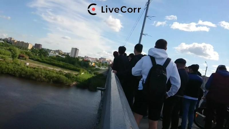 Спасатели отговаривают спрыгнуть человека с Профсоюзного моста в Тюмени