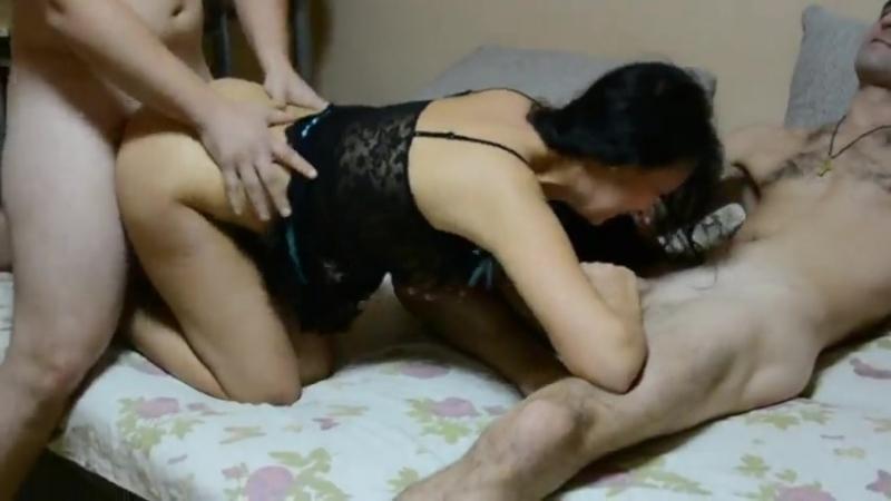 Жена развлекается с друзьями при муже.МЖМ.[домашнее,любительское,порно,инцест,школьницу,студентку,дп,цп,сестру,детское,оргия]