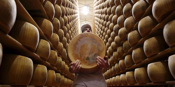 С 1950-х годов несколько банков на севере Италии стали выдавать кредиты сыроделам под залог сыра пармезан Головки сыра, обычно созревающие 2-3 года, банк помещает в специальное хранилище, а в