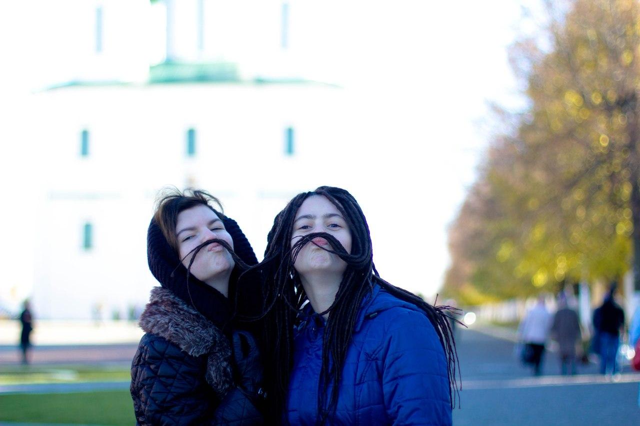 я слева, а Лиза с дредами :)