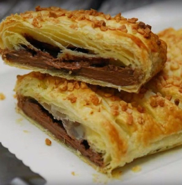 """Невероятно простой десерт """"Шоколадка в тесте"""" Ингредиенты: - слоеное"""