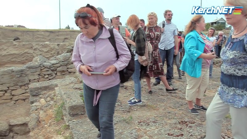 Античный дворец культуры в Нимфее показали археологам со всей России