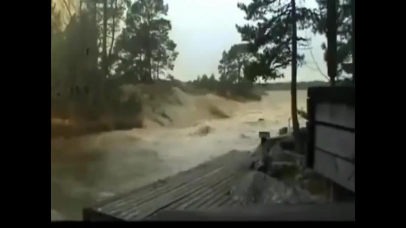 Удар молнии в реку!