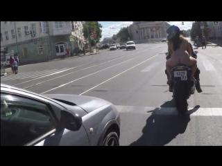 Прокатил девушку на мотоцикле. Платье то и сдуло!!!