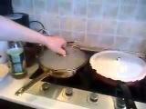 Парень просто мастер по готовке на кухне и управляется со сковородкой! - Прикол!