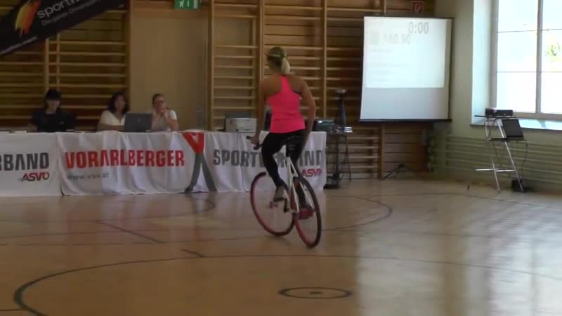Девушка творит невероятные трюки на велосипеде_VIDEOLENT.RU