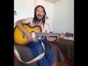 Александр шаман играет на гитарe