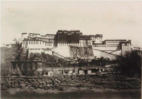Фото, которое спасло журнал National Geographic от банкротства. Дворец Потала, Лхаса, 1901 г.На картинке одна из первых фотографий Лхасы. В то время иностранцам под страхом смерти был запрещен