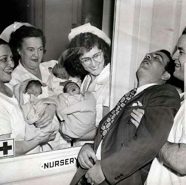 На фото: счaстливый отeц тройняшек, который упал в обморок от счастья.