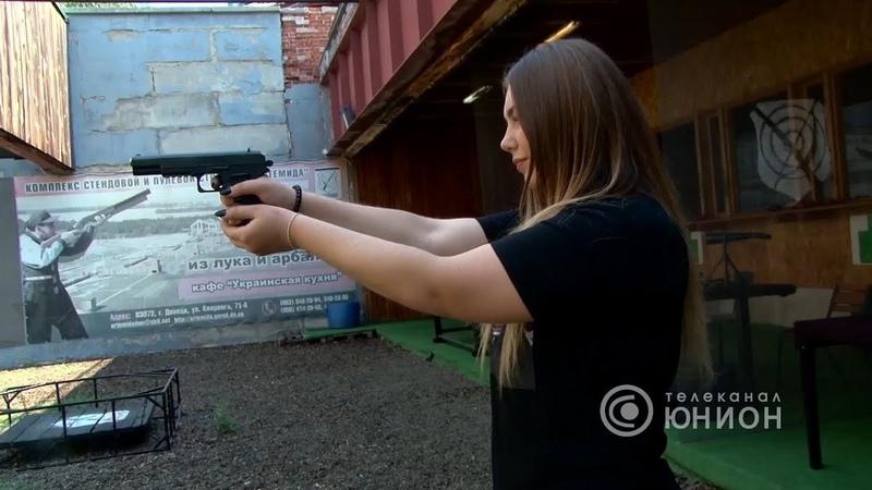 Пистолет ОПЛОТ и винтовка Мосина в руках Марьяны Наумовой. 31.08.2017, В казарме