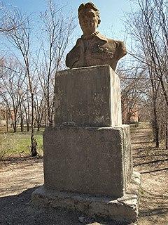 Памятник прославленному лётчику-испытателю Валерию Павловичу Чкалову, именем которого назывался рёвинский колхоз.