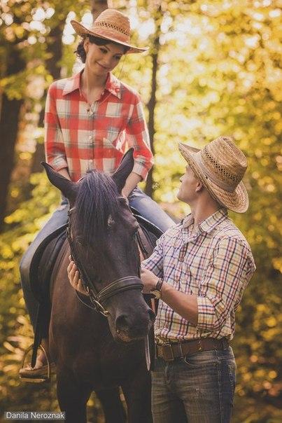 Девушка на лошади и тренер