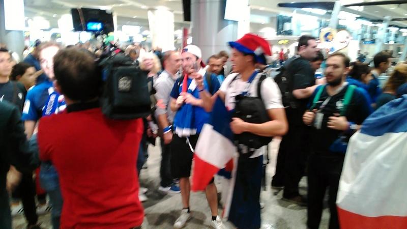Французские болельщики в аэропорту