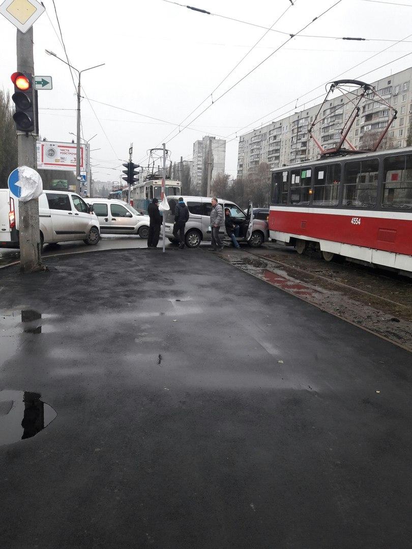В ДТП трамвай наехал на автомобиль
