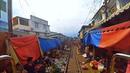 Train Driver's View Train at Maeklong Railway Market/Вид из кабины машиниста поезда идущего по рынку