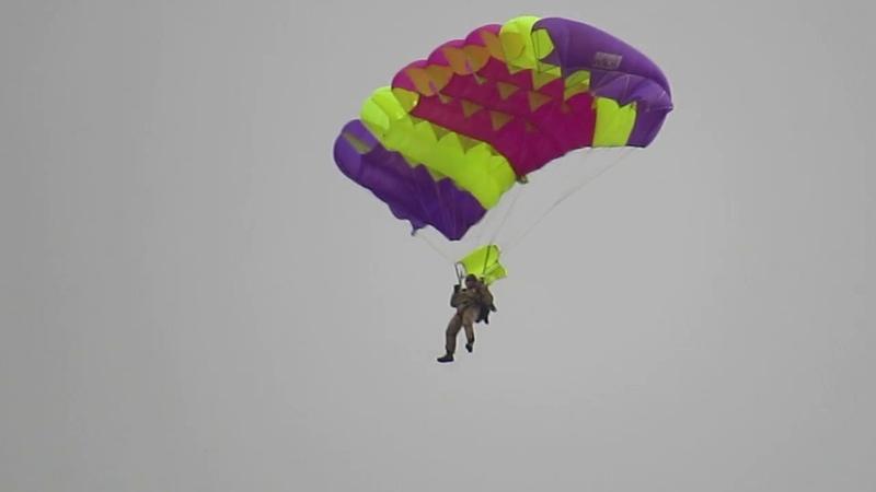 Фестиваль «Арцах Эйрфест». В воздухе парашютисты.