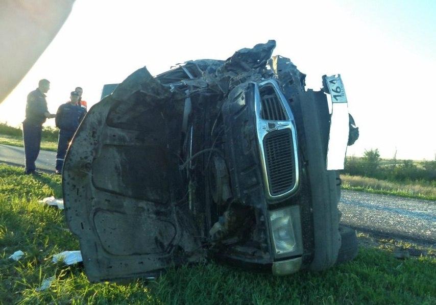 В Ростовской области «Волга» лоб в лоб столкнулась с грузовиком «Почты России»