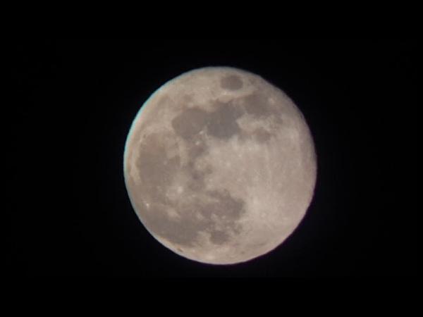 Почти полная луна, снятая на телефонбинокль.