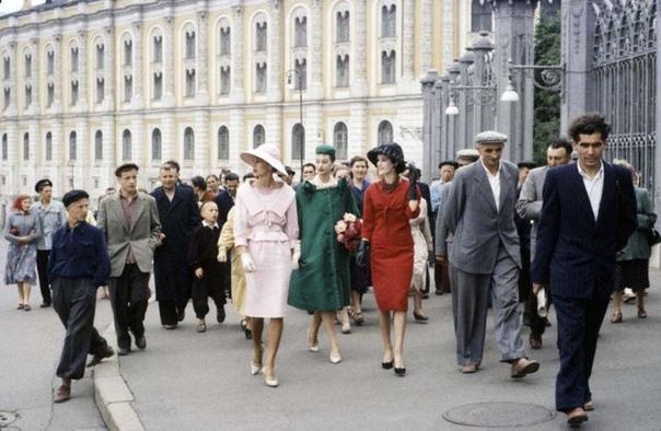 Модели Dior прогуливаются по Москве. Контраст налицо.