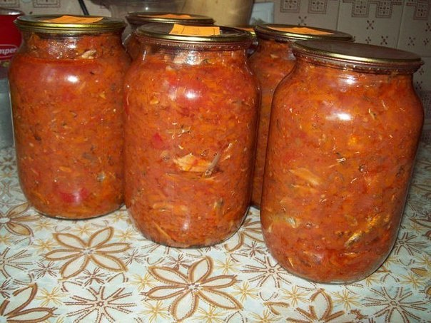 Килька с овощами 2 кг моркови, 0,5 кг свеклы трем на крупной терке.0,5 кг сладкого перца.1 кг лука режем мелко,0.7 литра растительного масла.Все это варим 30 минут, почаще перемешивая.4 кг