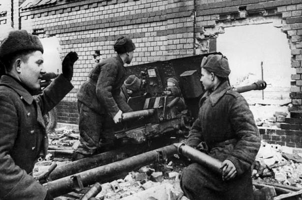 ЗАЛП ИМЕНИ СТАЛИНА ПУШКА ЗиС-3 - ШЕДЕВР, КОТОРЫЙ МОЛОТИЛ ВОЙСКА ГИТЛЕРА 12 февраля 1942 года постановлением Государственного комитета обороны СССР на вооружение Красной армии была принята