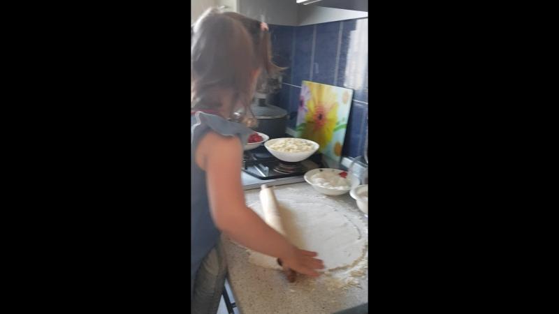 Во КАКАЯ ПОМОЩНИЦА подрастает.😉 Помогала делать вареники с клубникой и творогом.🥣🥟 За все хватается и готова помочь всем ОДНОВРЕ