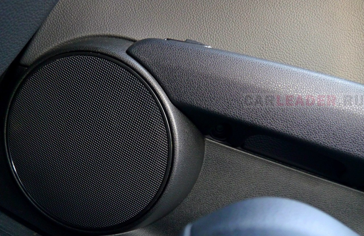 Простецкие решетки скрывают бомбовый звук no name акустики, звучащей гораздо лучше аляпистой Bose в некоторых Infiniti и Mark Levinson в Lexus.